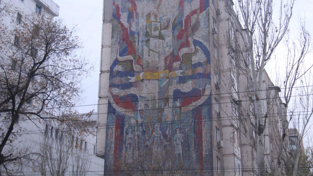 «Процветай Киргизия» находится на улице Абдрахманова, в районе Юг-2. Ее автор - Жылдызбек Молдахматов.