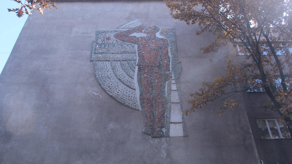 Панно «Радио и современность» расположено на здании ОТРК, его автор Александр Воронин.