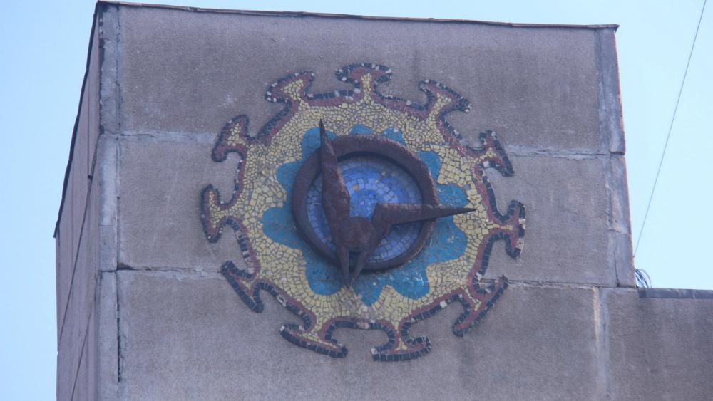 Одновременно и мозаика, и барельеф украшает здание на улице Шабдан баатыра.