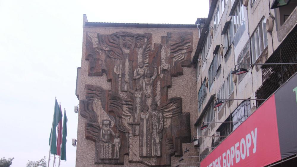«Шествие» украшает стену здания на Южных воротах. Художники - Алексей Каменский и Альберт Бекджанян.