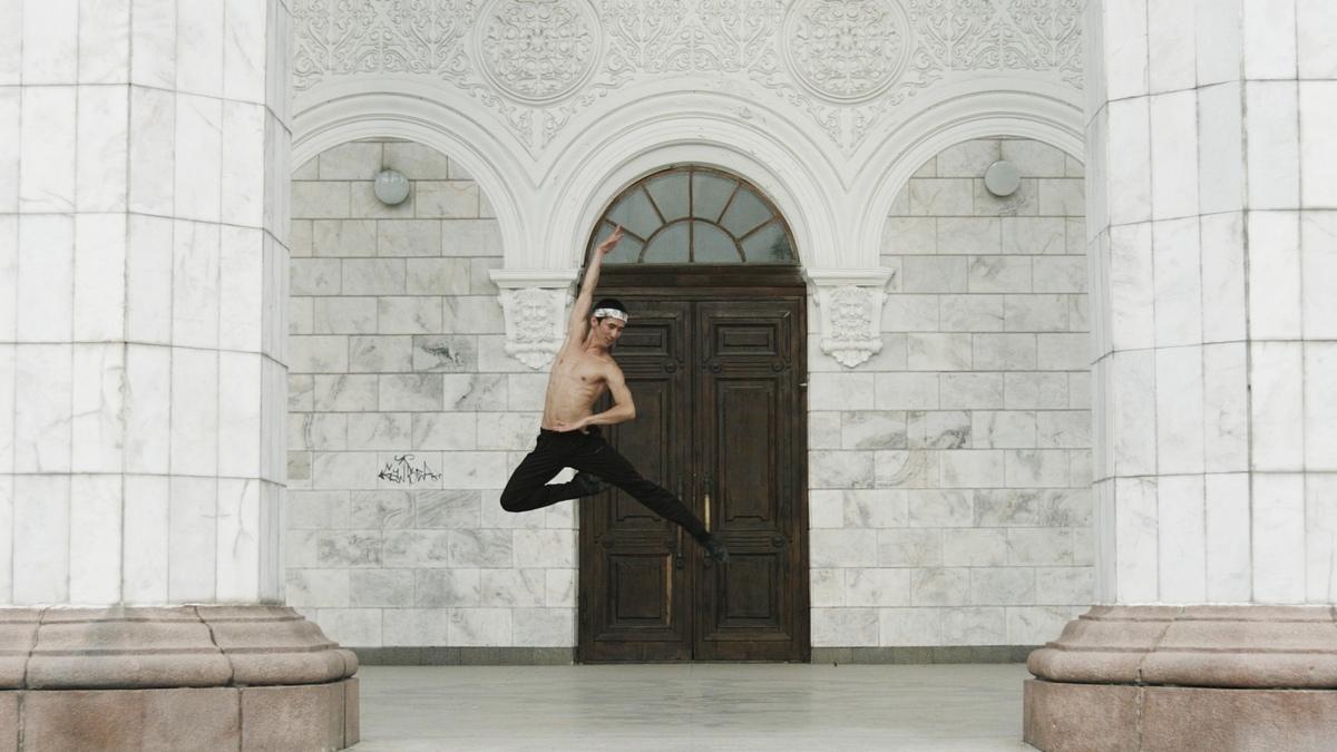 Артист балета Фарух Садыркулов выступил на конкурсе со сложным переломом руки - и получил бронзу.