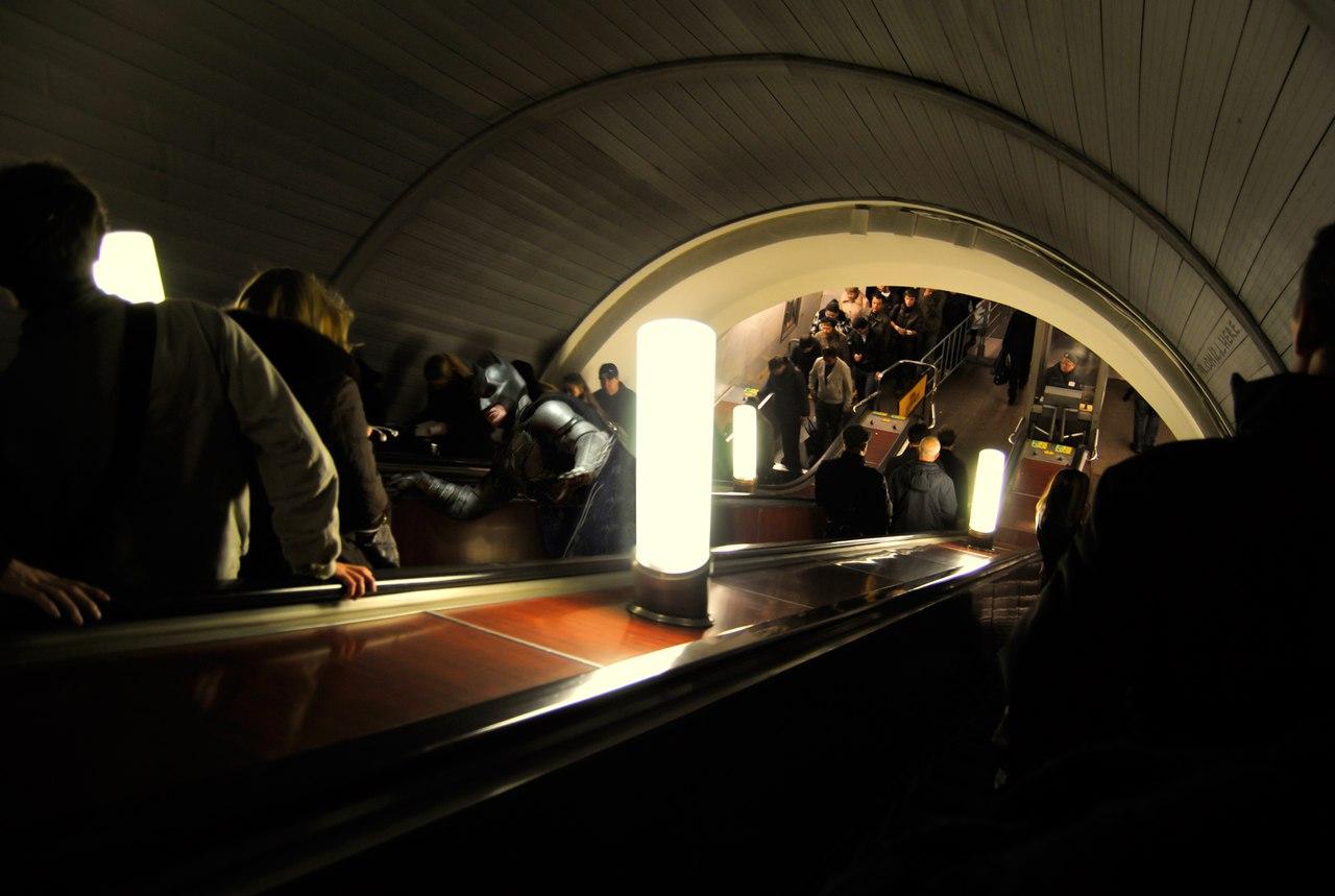 Бэтмобиль - это, конечно, хорошо. Но на метро быстрее.