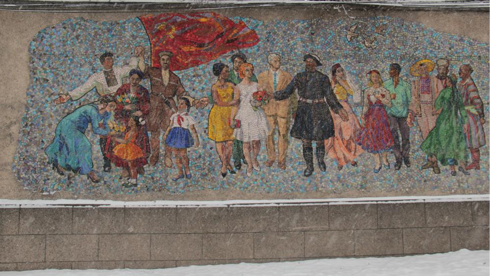 Панно «Встреча гостей» бишкекчане называют «Дружбой народов». Расположена мозаика на специальной стене на проспекте Мира, недалеко от памятника Ормон Хану и старого аэропорта. Ее автор - художник Алексей Михалев.