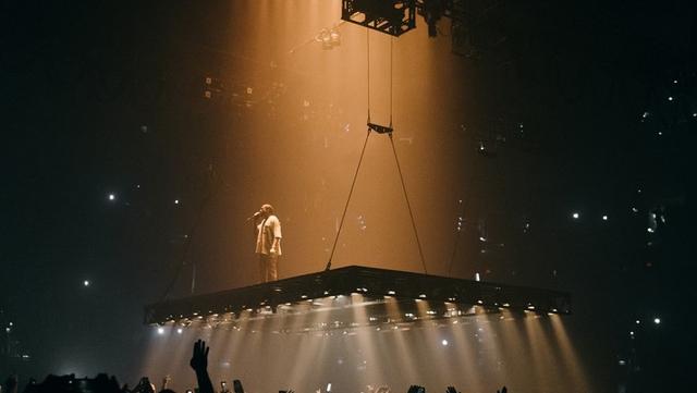 """На концертах тура """"Saint Pablo"""" Уэст выступает на платформе, подвешенной к потолку. Все свое выступление Канье находится над слушателями."""