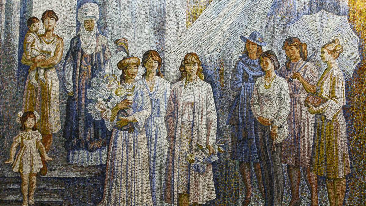 Внутри какого здания расположена мозаика «Женщины»?