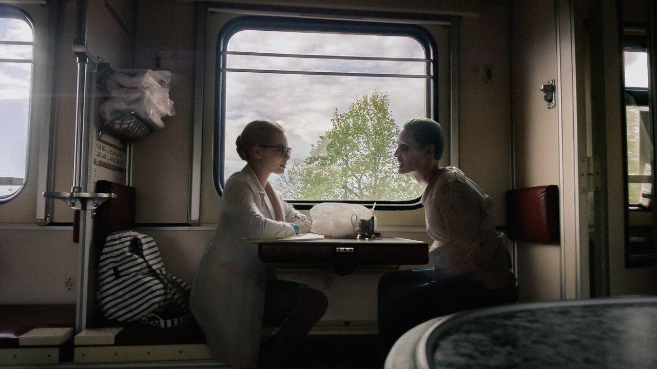Харли Куин и Джокер в российском поезде.