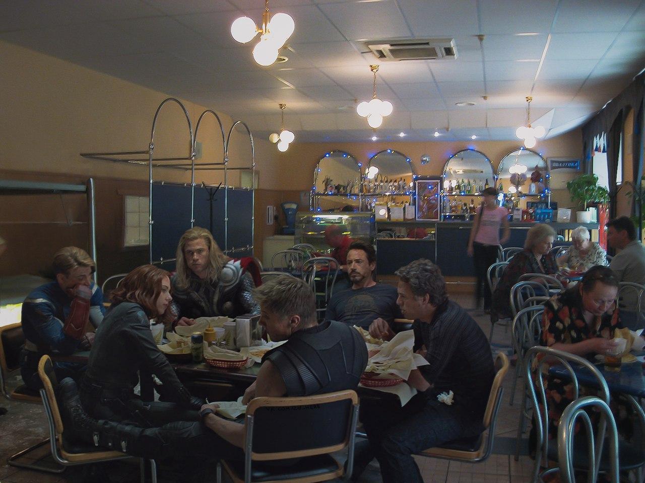 Мстители отомстили и сели перекусить в придорожном кафе.