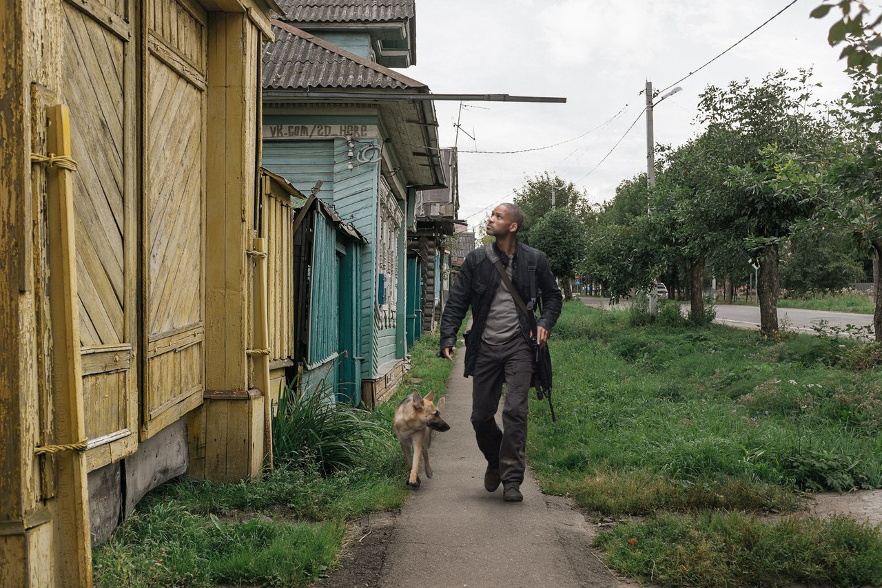 Роберт Невилл прогуливается по городу без зомби.