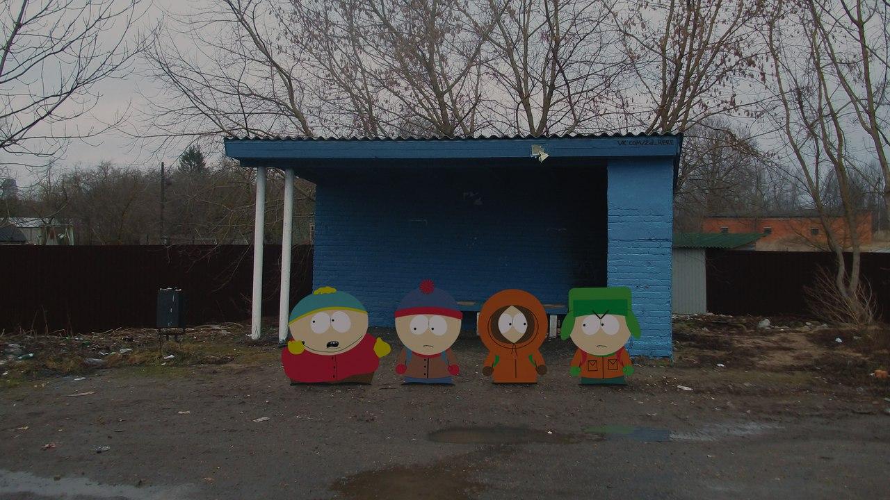 Стэн, Кайл, Кенни и Картман ждут школьный автобус.