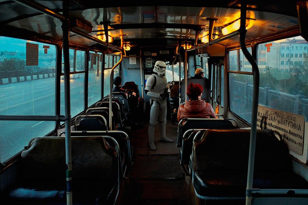 Штурмовик армии империи едет на работу в троллейбусе.