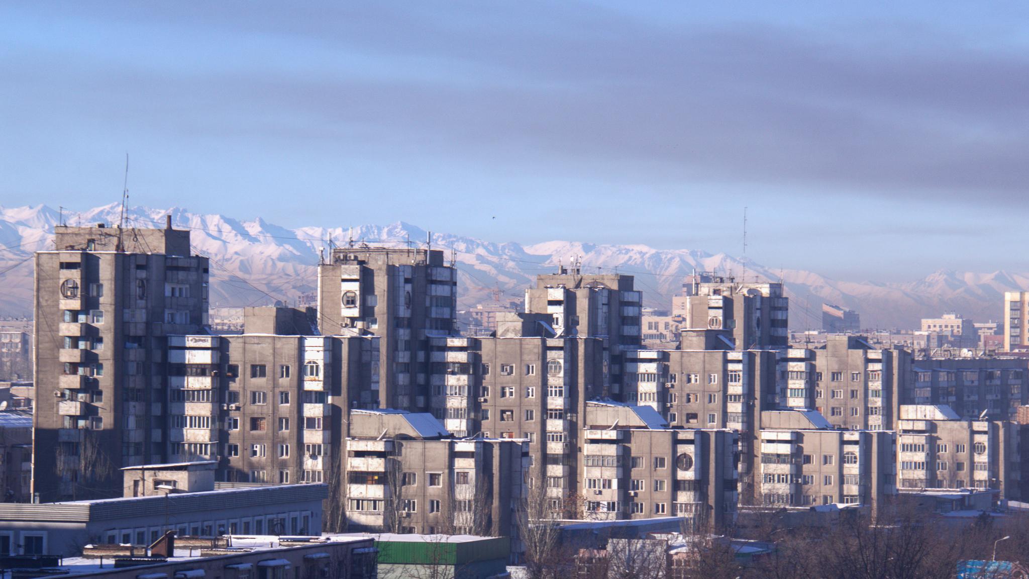 В очередной раз близость гор внушает нам, что фото сделано в микрорайонах. На самом деле это гряда домов-близнецов в Востоке-5.