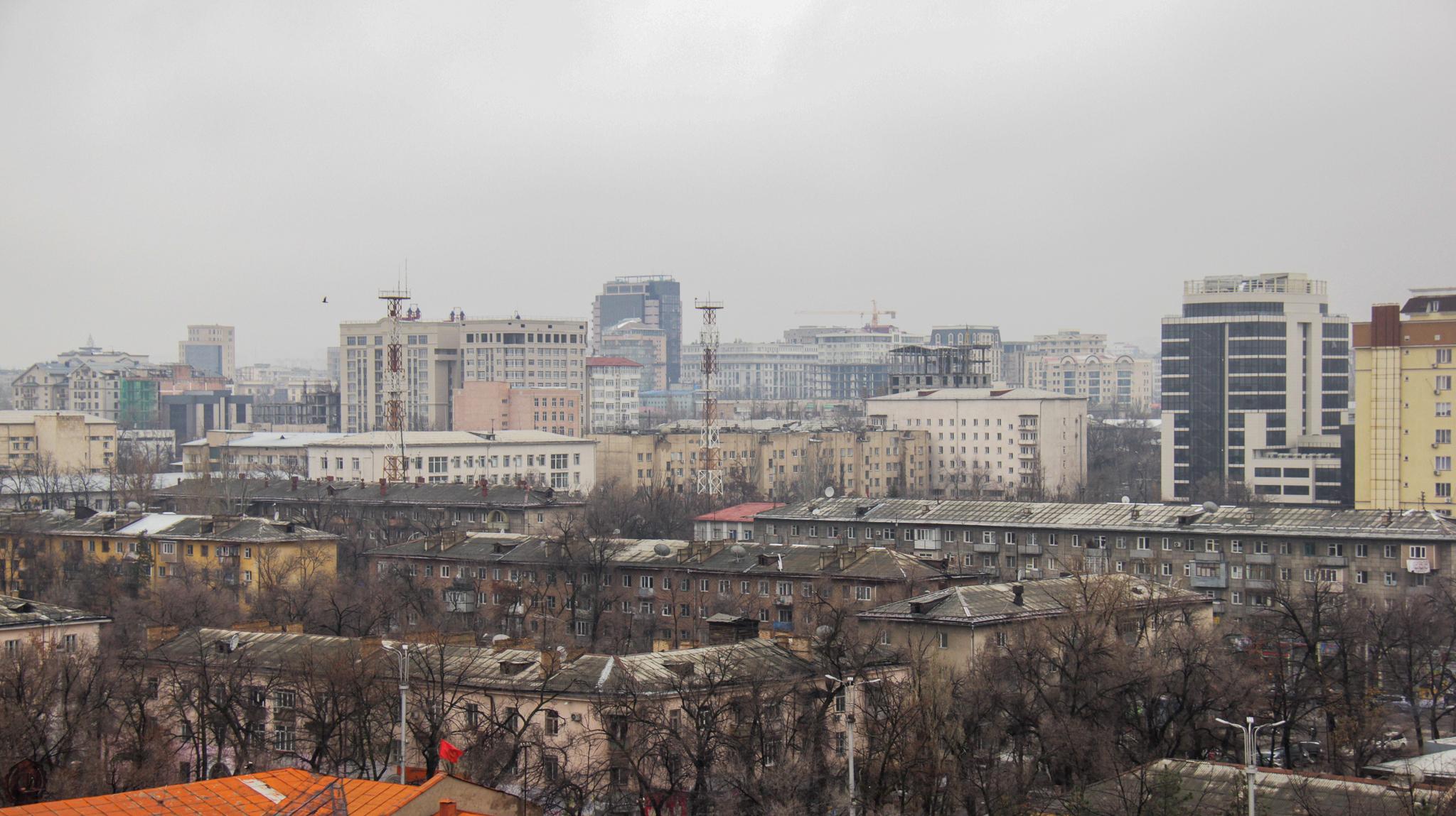 Тут мало необычного, признаем это. Но это взгляд на характерную архитектуру Бишкека - монотонную и серую.
