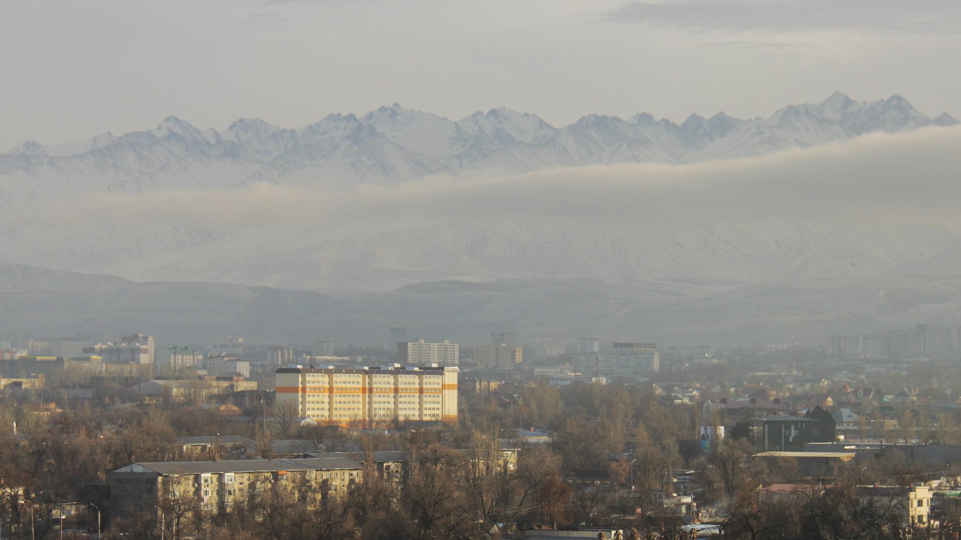 Бишкек, омываемый туманом. И горная гряда, похожая на спину Годзилы.