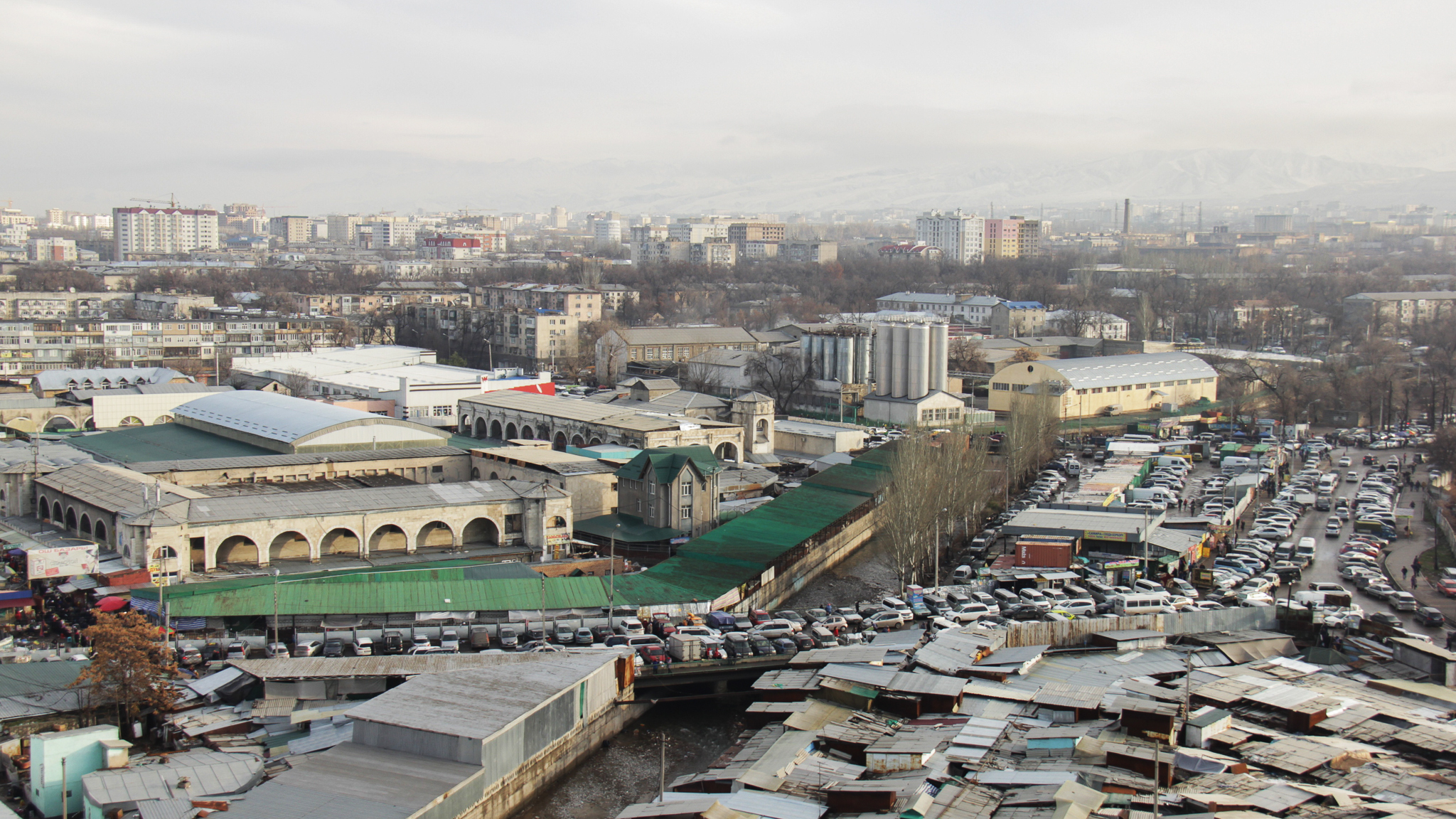 Не знай мы наверняка, что на фото Ошский рынок, мы были бы уверены, что это лодочные доки торгового городка.