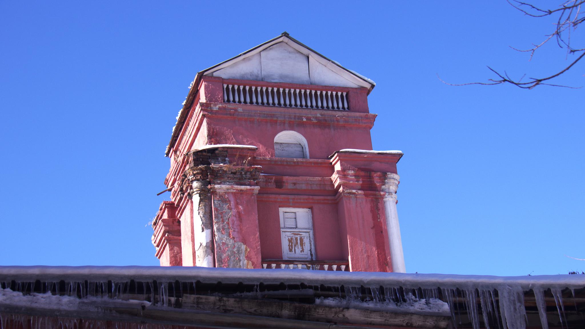 Когда-нибудь Первомайский районный суд, мэрия Бишкека и Главархитектура заметят, как красиво здание суда. И, возможно, тогда оно будет отремонтировано, покрашено, а его архитектура порадует горожан былой красотой.
