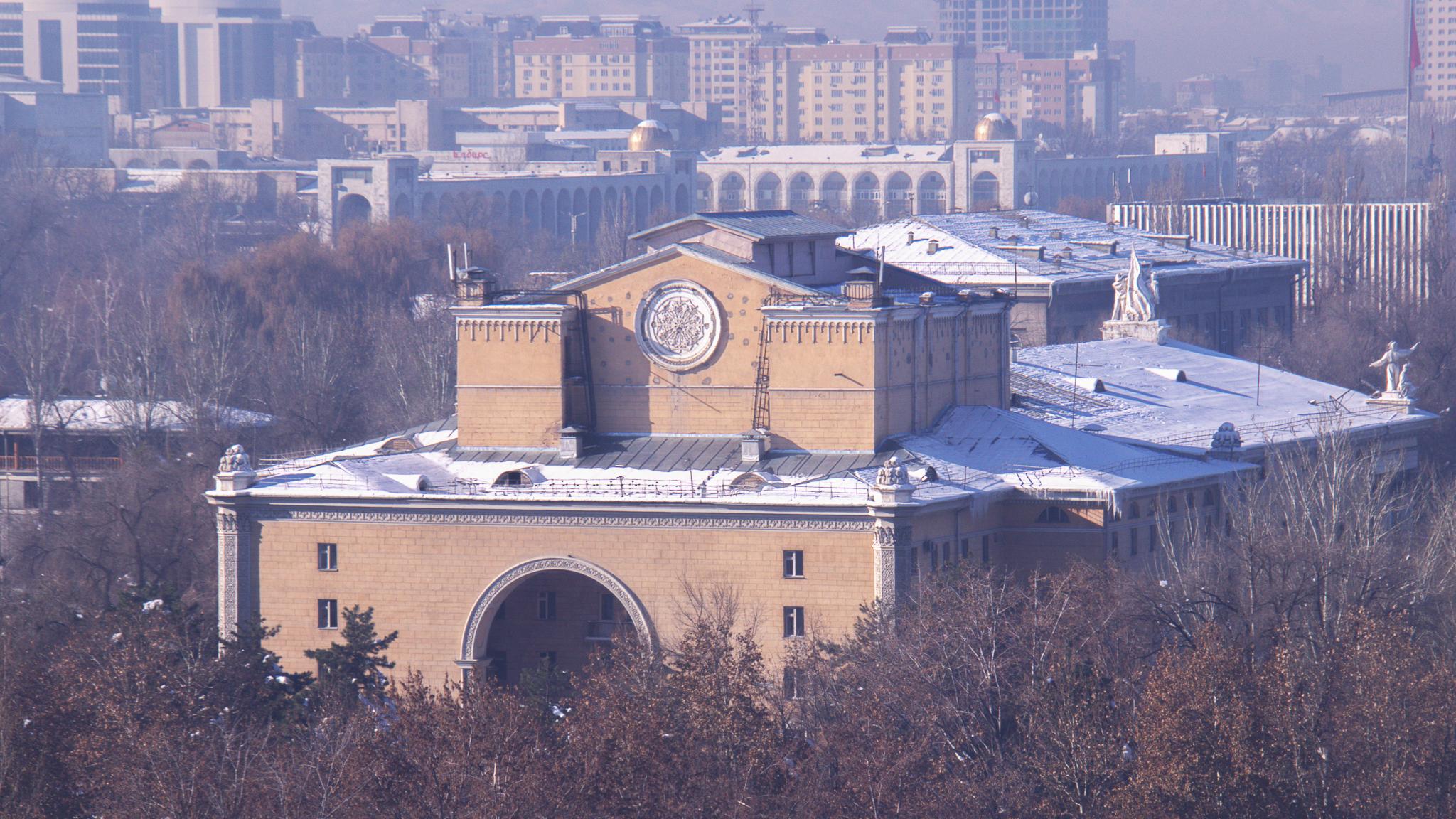 С этого ракурса Театр оперы и балета похож на здание, расположенное, например, в Стамбуле. Только белые гаргульи выдают не восточное происхождение архитектуры театра.