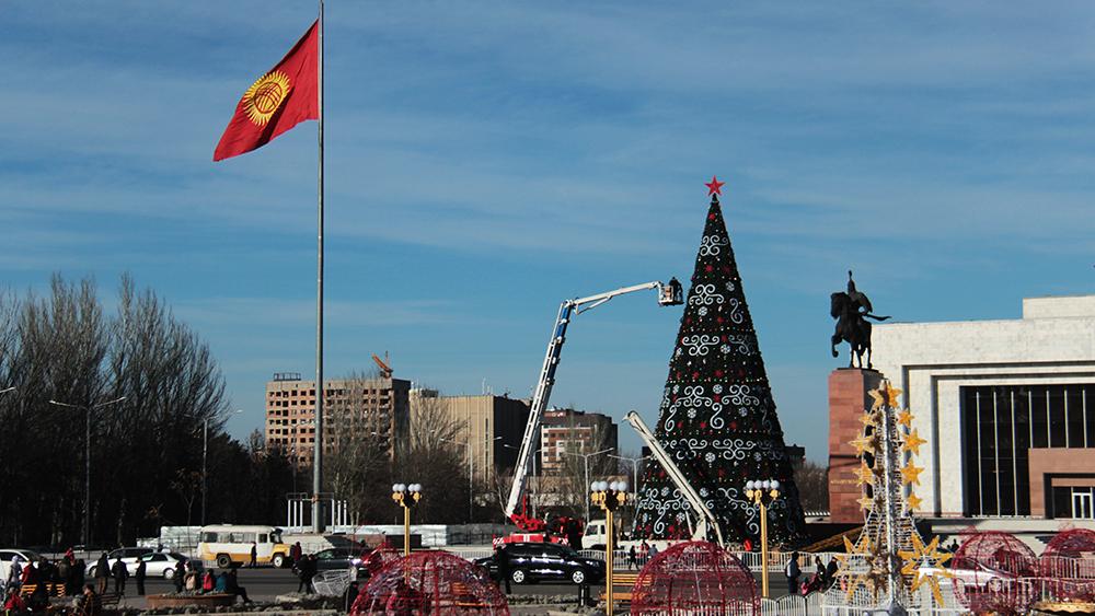 Процесс украшения главной елки Бишкека.