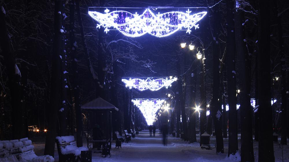 Бульвар Эркиндик украшен в холодных бело-голубых тонах.