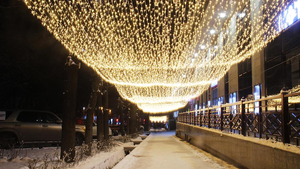 Спуск с пересечения Токтогула Тоголок Молдо бишкекчане назвали аллеей «Променад». Теперь там проводятся конкурсы на самую романтичную фотосессию.