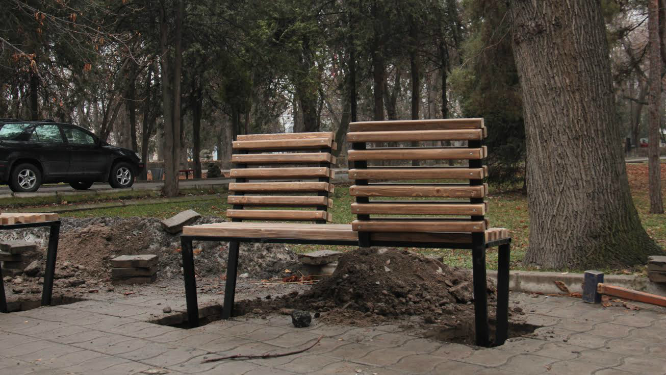 Свежеустановленная арт-скамейка.