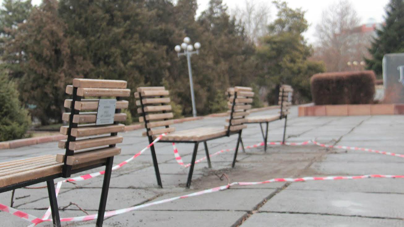 Скамейки только установили.