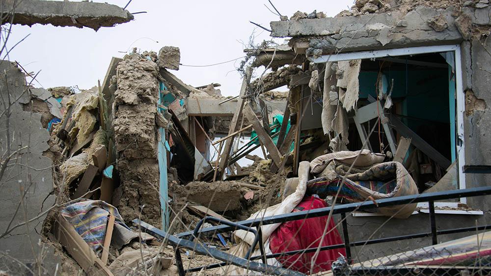 Разрушенные дома после крушения самолета.