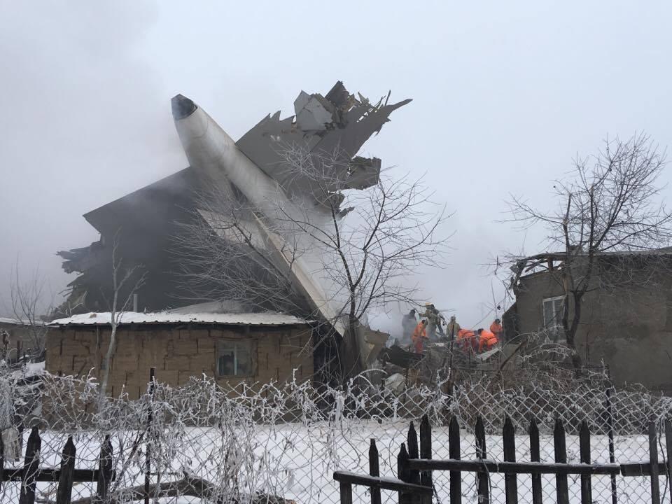 Спасатели работают на месте крушения самолета. Фото: Регина Им / Kloop.kg