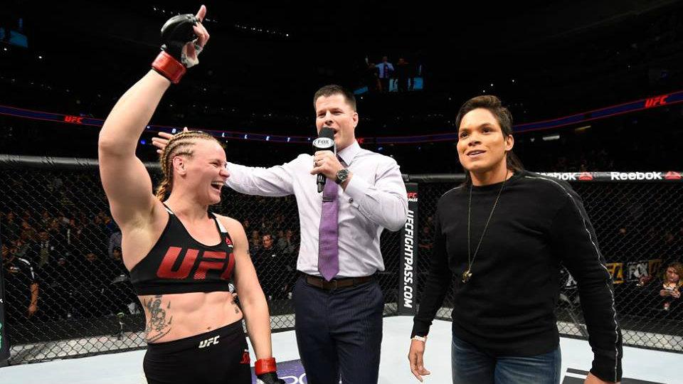 Аманда Нуньес вышла на ринг к Валентине Шевченко сразу после боя.