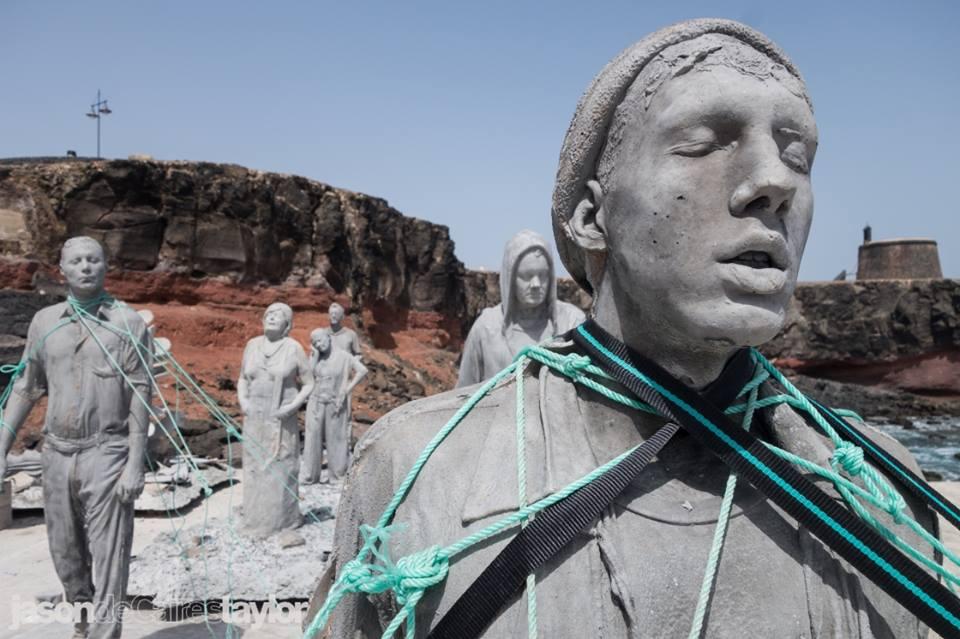 Все скульптуры - точные копии с жителей острова.