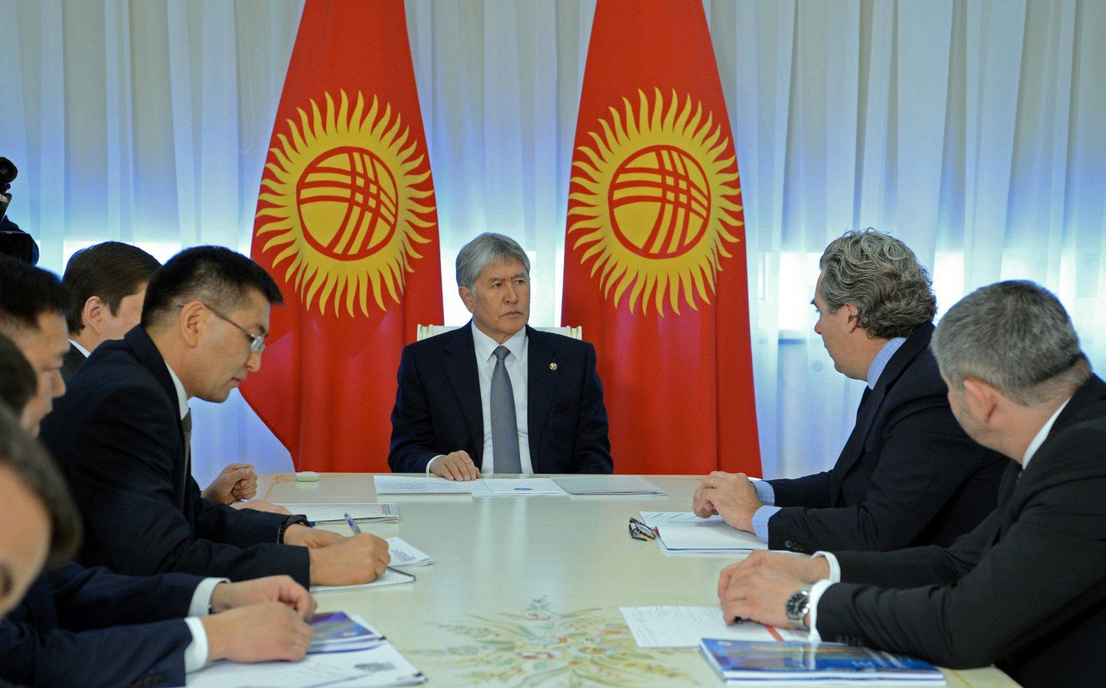Алмазбек Атамбаев на встрече с вице-президентом корпорации General Electric, 18 января 2017 года (если верить пресс-службе президента)
