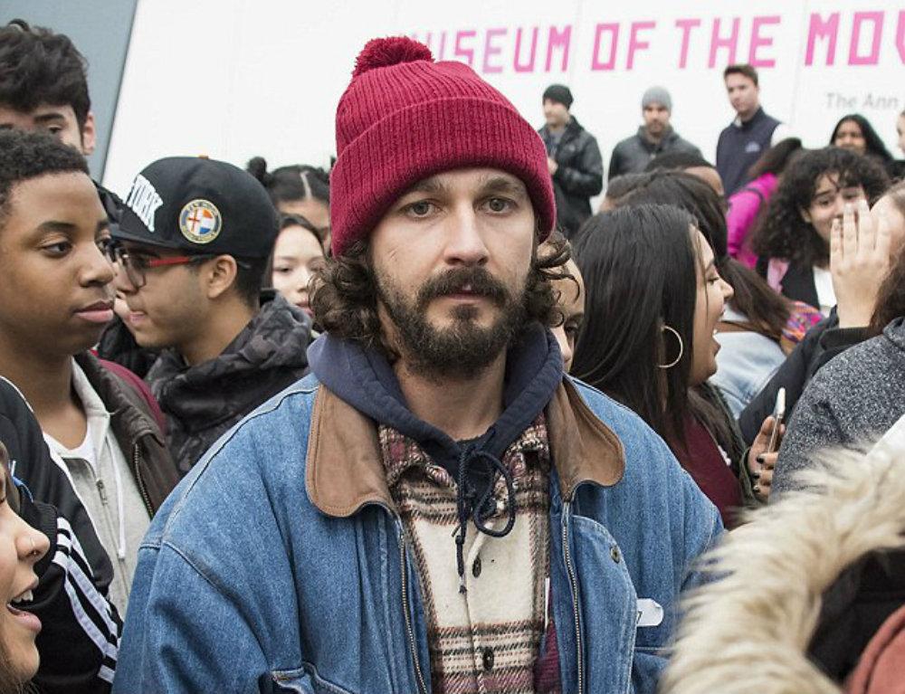 В розовой шапке на марше в Вашингтоне появился актер Шайа Лабаф. Фото: daily mail