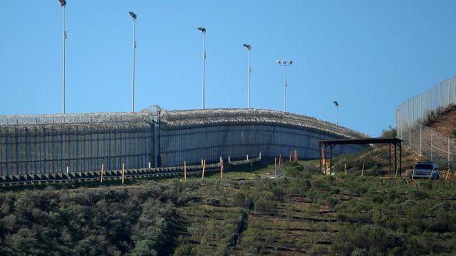 """Уже существующий забор на границе США и Мексики. Фото: """"Рейтер""""."""