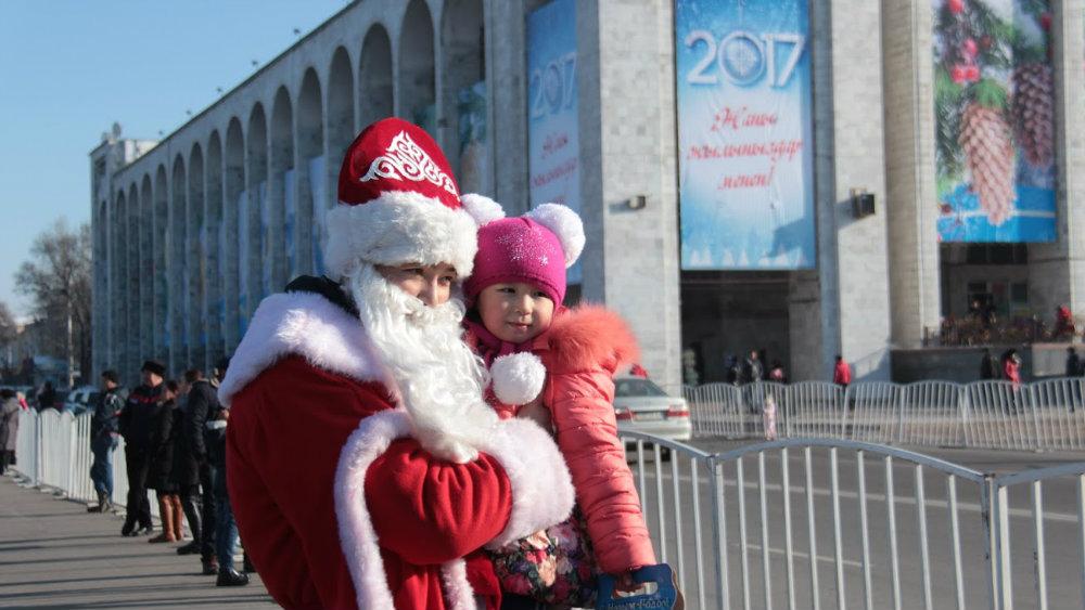 Работа Деда Мороза на одной ночи не заканчивается.
