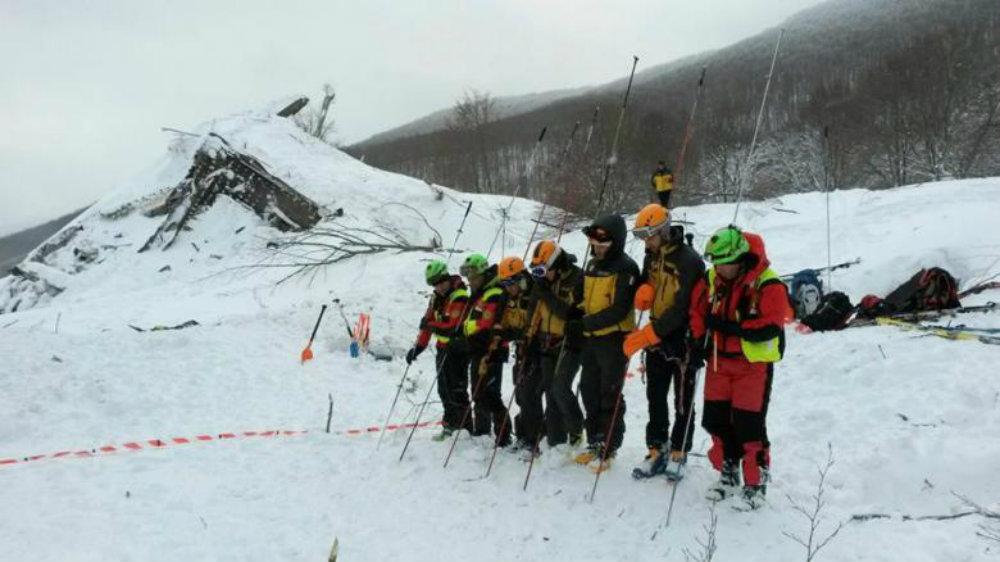 Спасатели зондируют снег. Фото: Reuters
