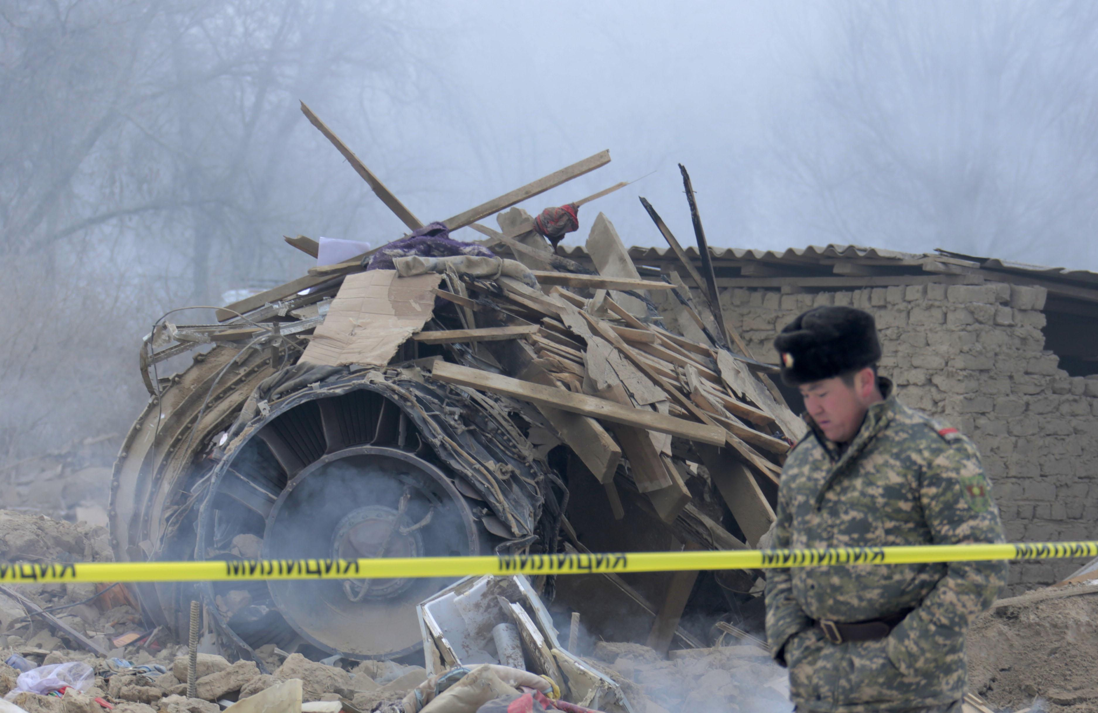 Двигатель рухнувшего самолёта. Фото: Тилек Бейшеналы уулу / Kloop.kg