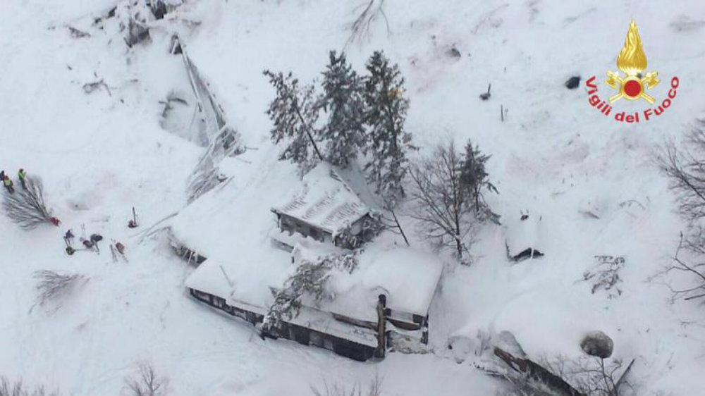Отель был полностью накрыт снегом. Фото:  Vigili del Fuoco/Handout via REUTERS