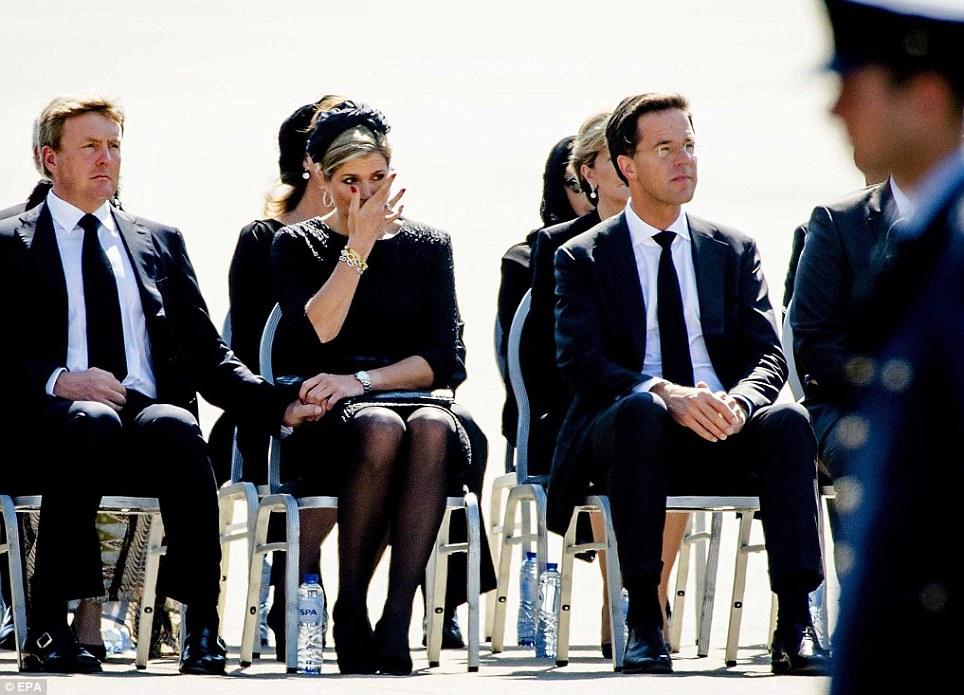 Королева Нидерландов Максима плачет, встречая тела голландцев, погибших в авиакатастрофе рейса MH17, 2014 год.
