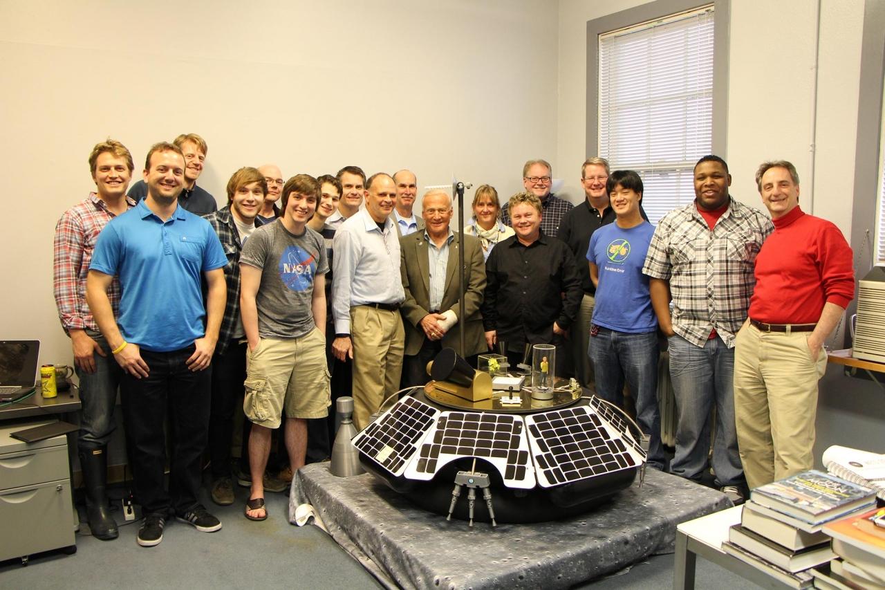 Команда Moon Express в своем офисе в Калифорнии.