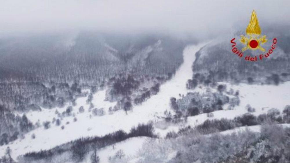 Накануне лавины в регионе был сильный снегопад - спасателям пришлось добираться до отеля по пятиметровому слою снега.