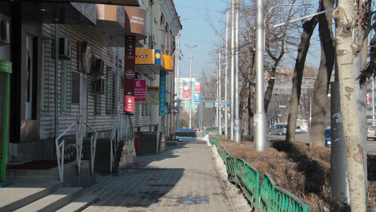 Обычно многолюдный перекресток проспектов Чуй и Мира пуст и по весеннему бес снежен.