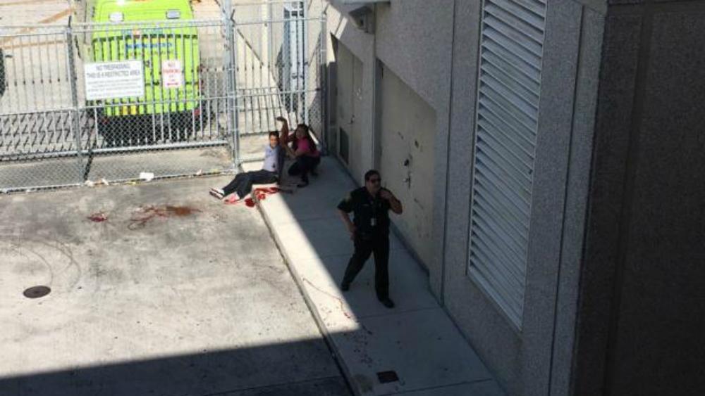 Девушка оказывает помощь раненному мужчине. Фото: Reuters