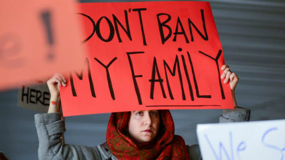 Протесты из-за задержаний мигрантов начались ваэропорту Нью-Йорка
