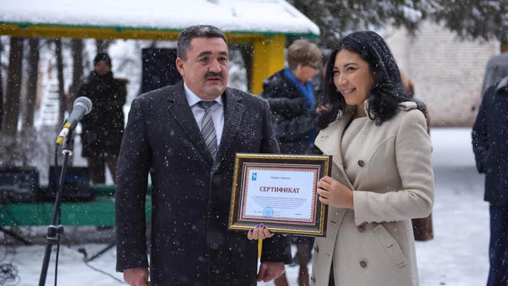 Мэр Бишкека Албек Ибраимов и глава общественного фонда «Помогать легко» Динара Аляева. Фото: meria.kg