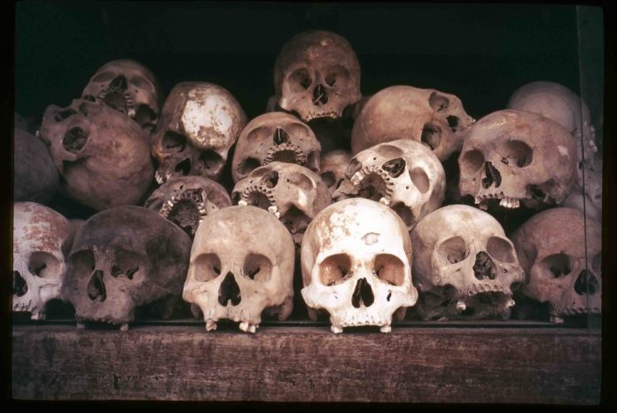 Черепа заключенных камбоджийской тюрьмы Туол Сленг