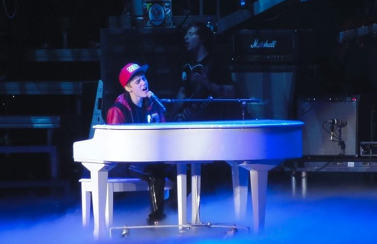 Вы садитесь за столик, где обсуждают музыку. Рядом милая девушка делится новостями: «Иду на концерт Бибера. Каппа!» Как поступить?