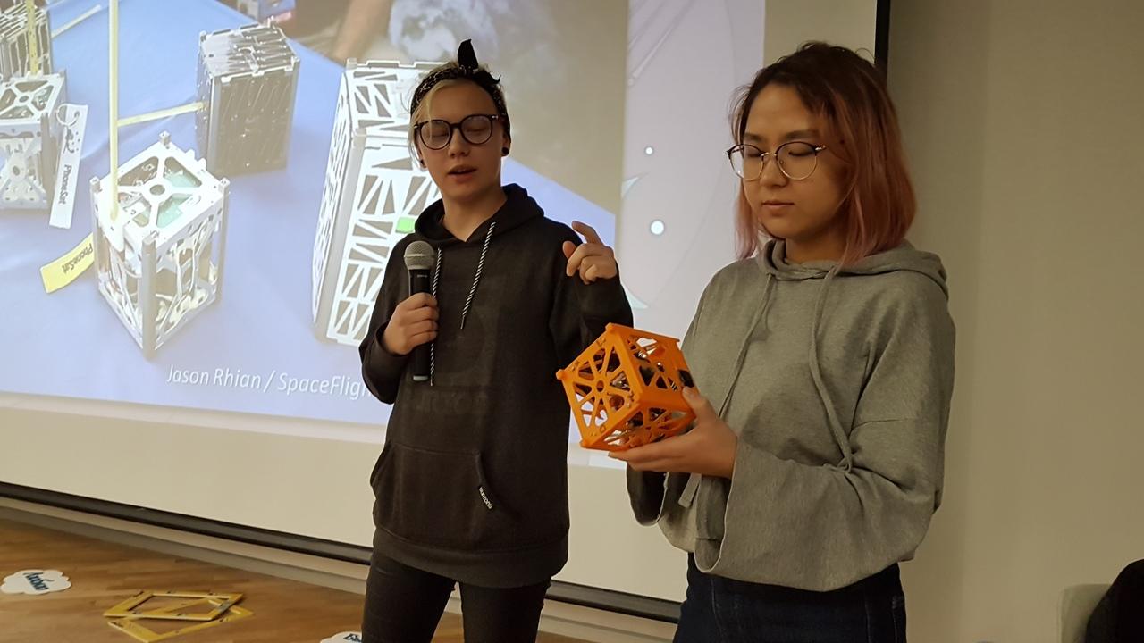 Алина и Айдана рассказывают о спутникостроении на ZhasCamp 2018.
