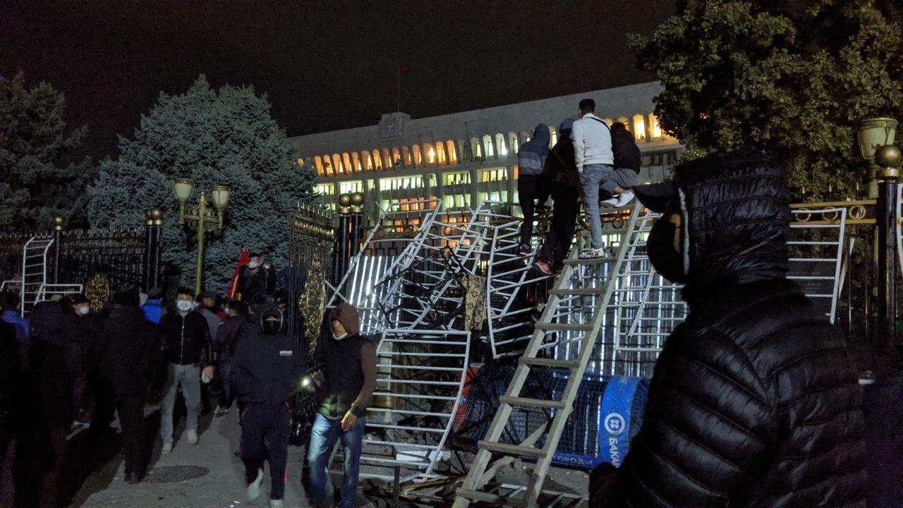 Белый дом захвачен митингующими после протестов и столкновений с милицией. Как это было